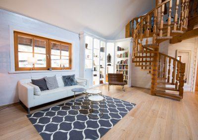 villa-wohnzimmer-regal-wendeltreppe